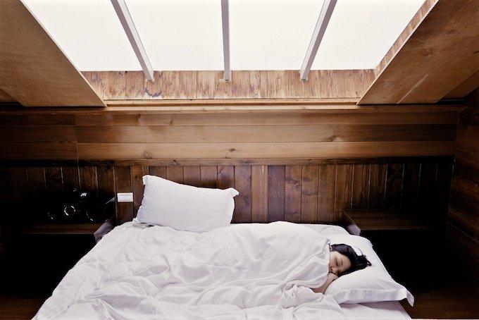 Foto van slaap aan het slapen onder licht